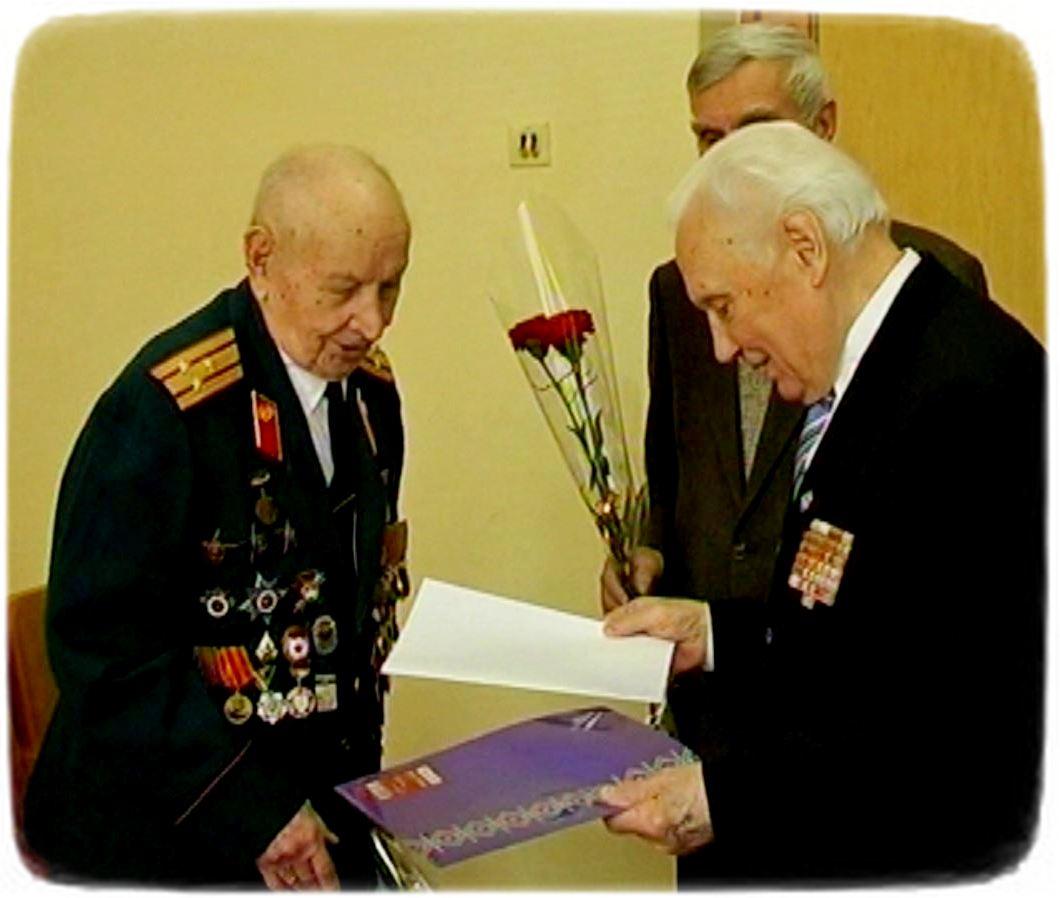 Петро Цюпенко приймає вітання з 95-річчям. Житомир, 13 березня 2016 року.