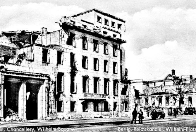 Зруйнована будівля рейхсканцелярії . Травень 1945 року.