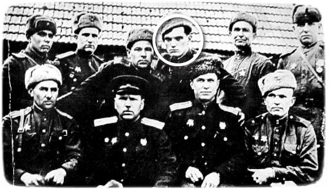 Яків Савченко ( третій праворуч у верхньому ряду разом із однополчанами-розвідниками)