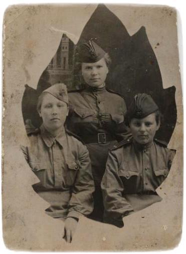 Анастасія Святова (посередині), Маруся Посєвіна і Таня Лібес. Балаклава, 1944 р.