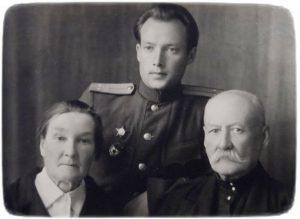 Кирило Семенов з батьками після повернення з фронту.