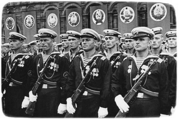 Моряки Чорноморського флоту на Красній площі . Москва 24 червня 1941 р