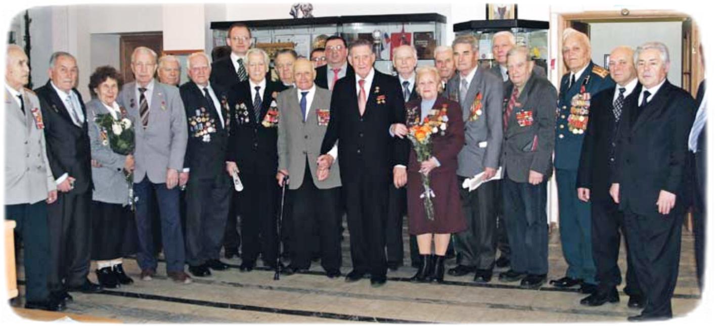 Ольга Твердохлєбова (посередині) з ветеранами на 70-річчя Великої Перемоги. Вінниця, 2015 р.