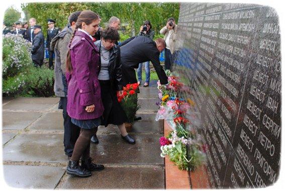 Стелла возле братской могилы в Харьковцах