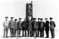 На старті – корабель «Союз-18-1». У центрі – керівник групи випробувачів Міністерства середнього машинобудування Солдатенков, праворуч від нього – І.Д.Губський.